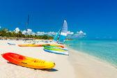 Fotografie lodě na tropické pláži na Kubě