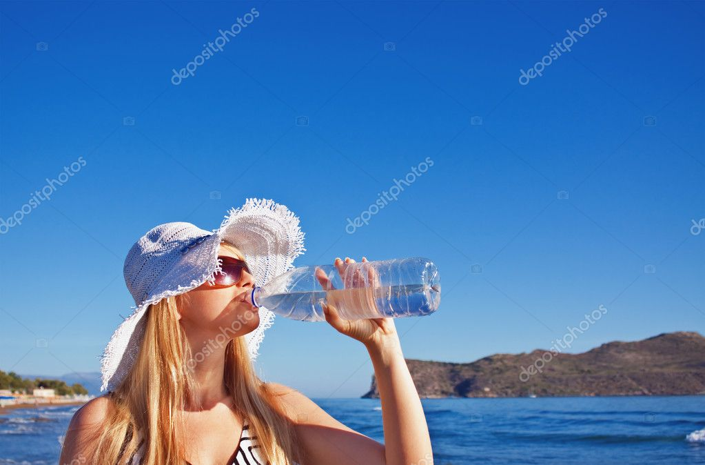junge blonde Frau Getränke Wasser — Stockfoto © axysew #11532595