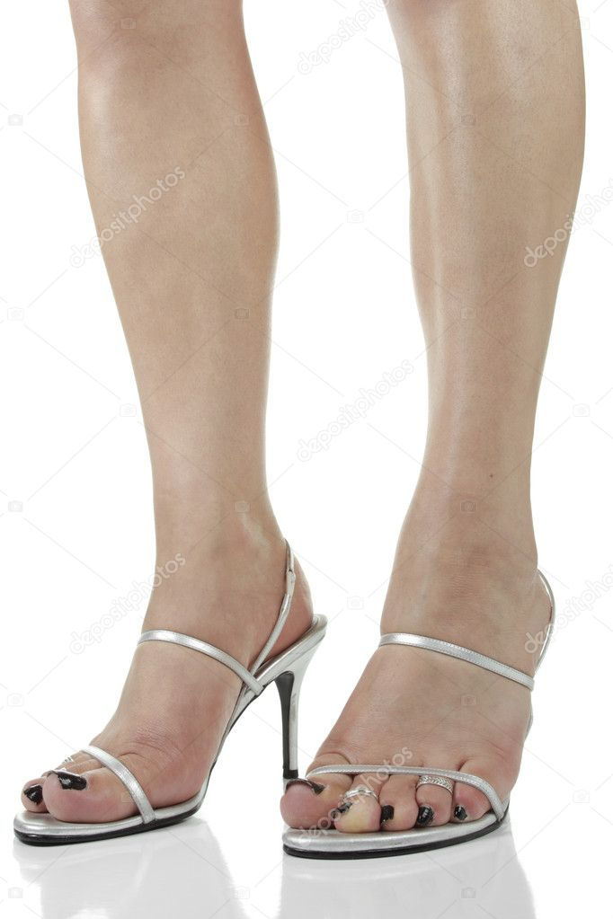 86f9a1182a0d6b Frau Füße Silber Ferse Schuhe auf weißem Hintergrund — Stockfoto ...