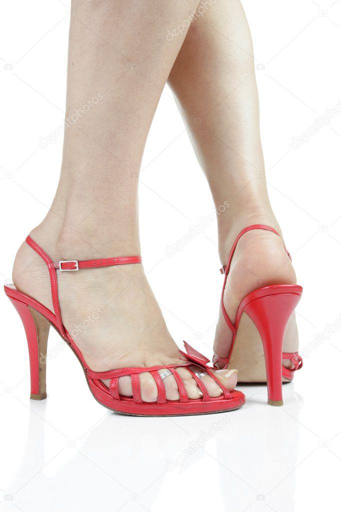 Piedi di donna indossa scarpe tacco rosso su sfondo bianco for Piani domestici di 2000 piedi quadrati