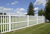bílý vinyl plot o zelený trávník