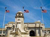 Fotografie Union Station in Washington dc mit drei amerikanischen Flaggen