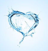 Fotografie Herz aus Wasserspritzern mit Blasen isoliert auf weiß