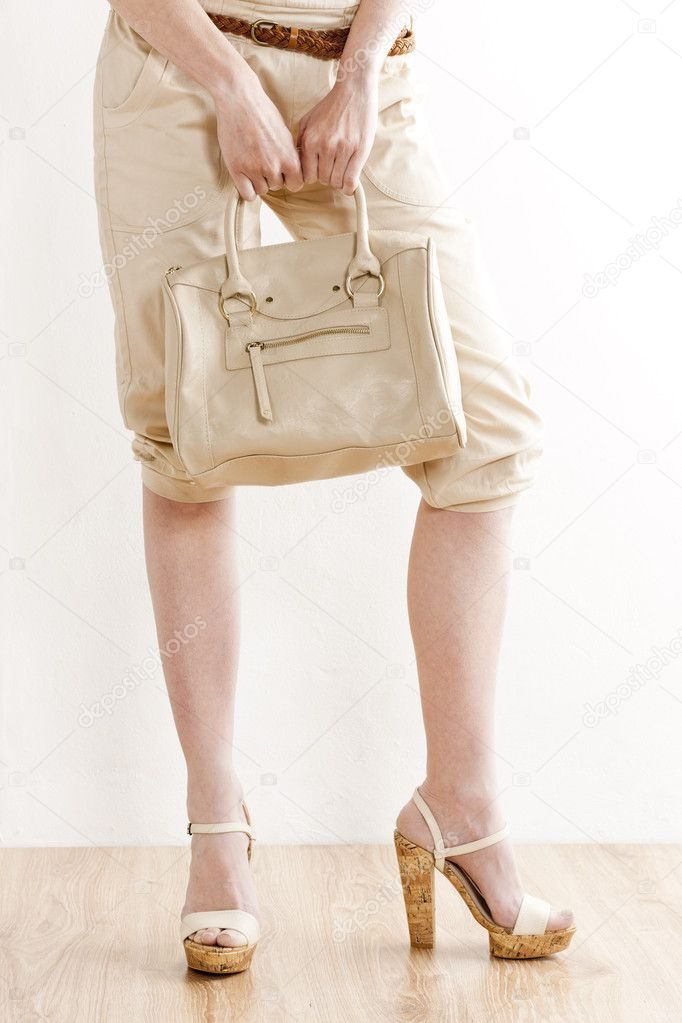 9387f19206e Λεπτομέρεια που του στέκεται γυναίκα που φοράει τα καλοκαιρινά ρούχα και  παπούτσια με ένα — Φωτογραφία