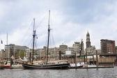stará loď v přístavu Hamburk