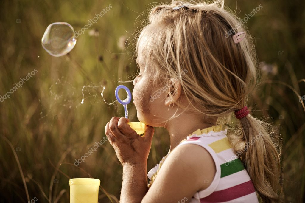 Девочка с мыльными пузырями картинки