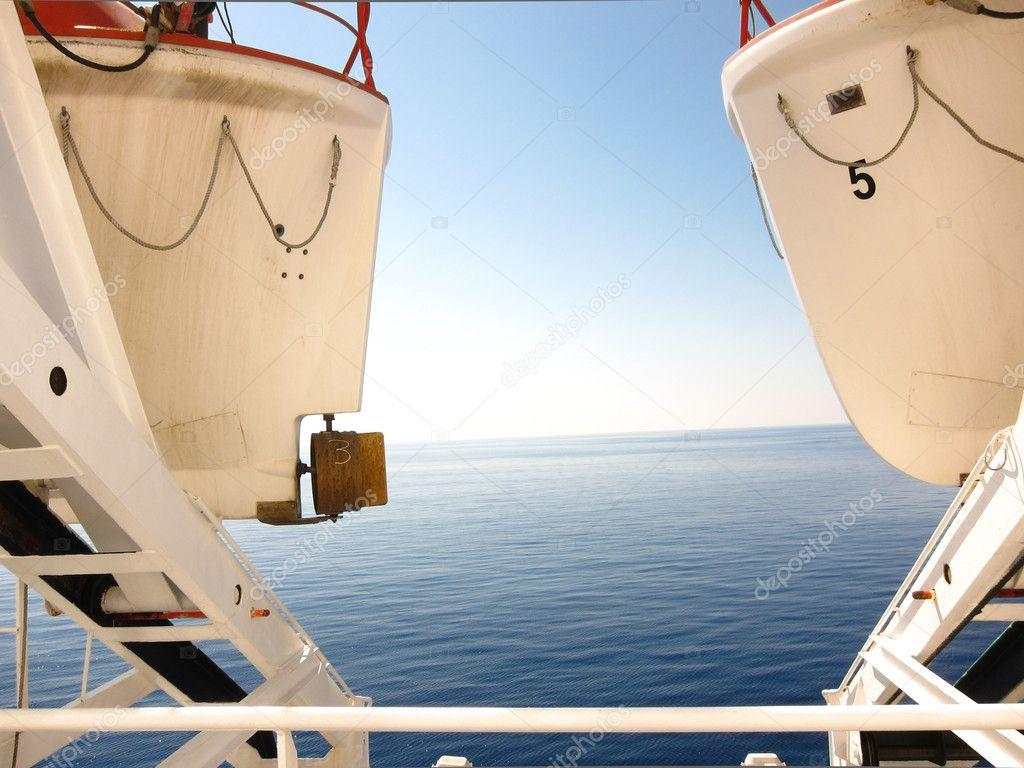 ver entre dos botes salvavidas — Foto de stock © bluneo