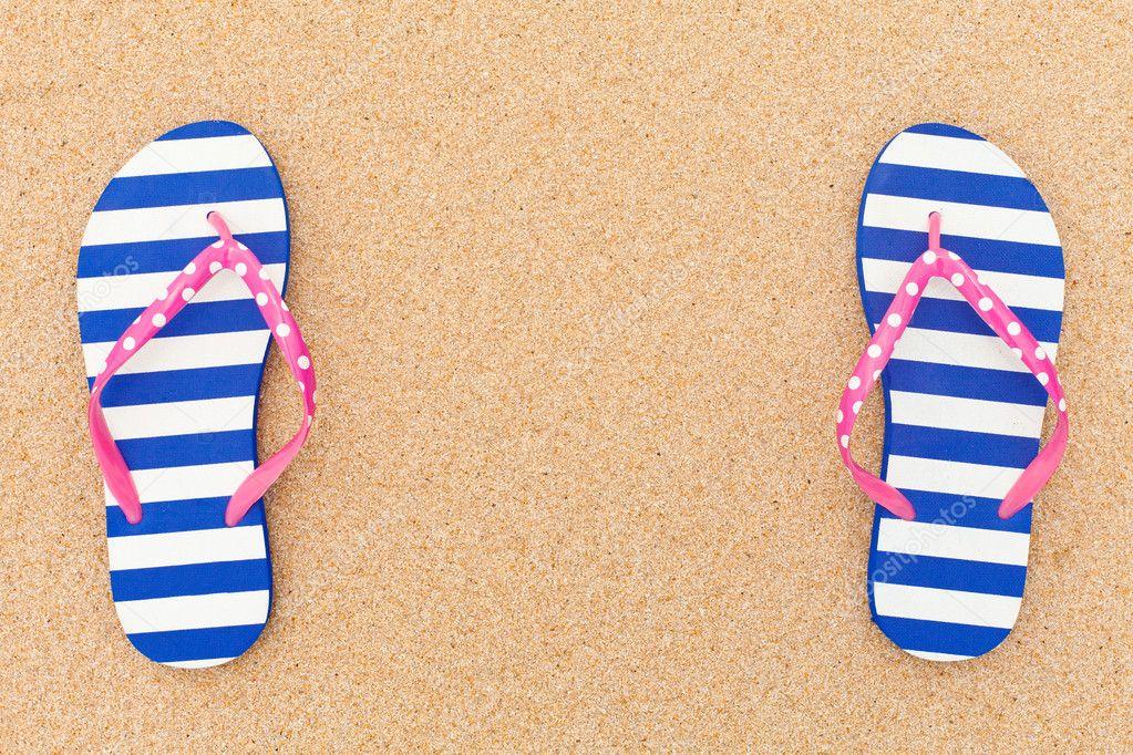 Flip-flop colorido pairas un marco en la arena de la playa — Foto de ...