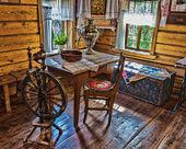 Fotografia interno della capanna log russo con elementi del vecchio modo di li