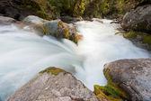 rapide del fiume lavaggio sopra le rocce con aspetto setoso