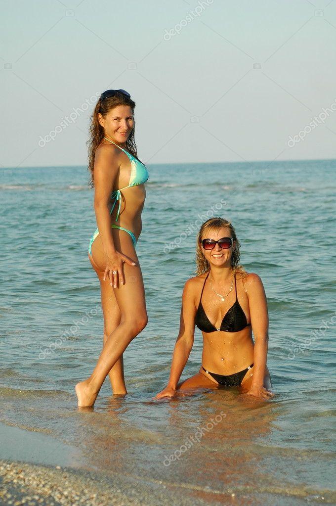 Due belle ragazze sessuali posa sulla spiaggia in costume da bagno foto stock yablonski75 - Donne in bagno in due ...