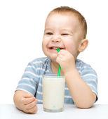 Milý chlapeček s sklenici mléka