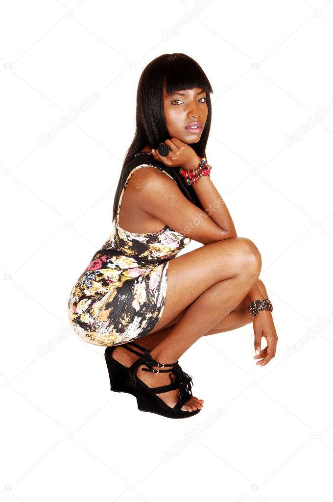 Junge schwarze Mädchen hocken Ihre erste Analcreme