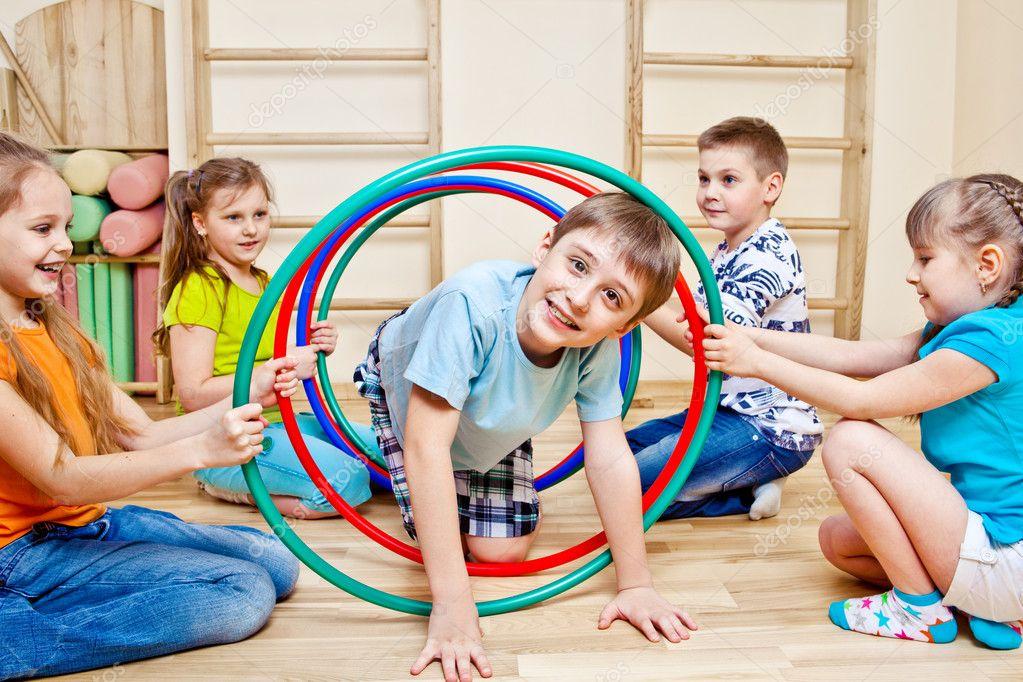 Fotos de Niños jugando colegio de stock, imágenes de Niños jugando colegio  sin royalties | Depositphotos