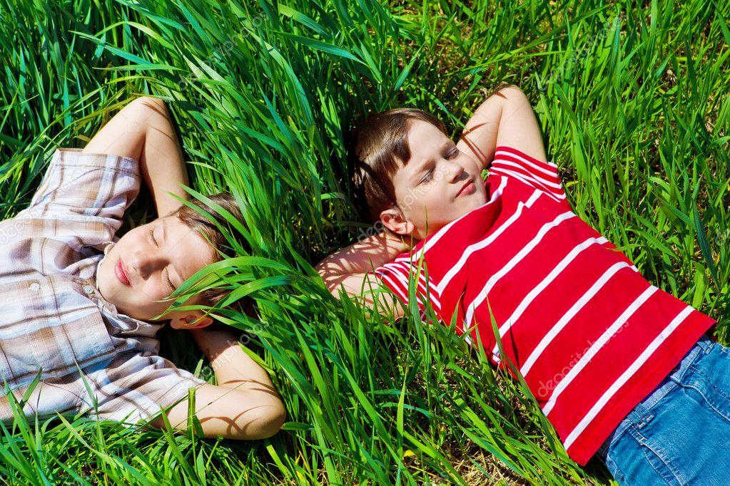 Картинки детей которые сидят на траве