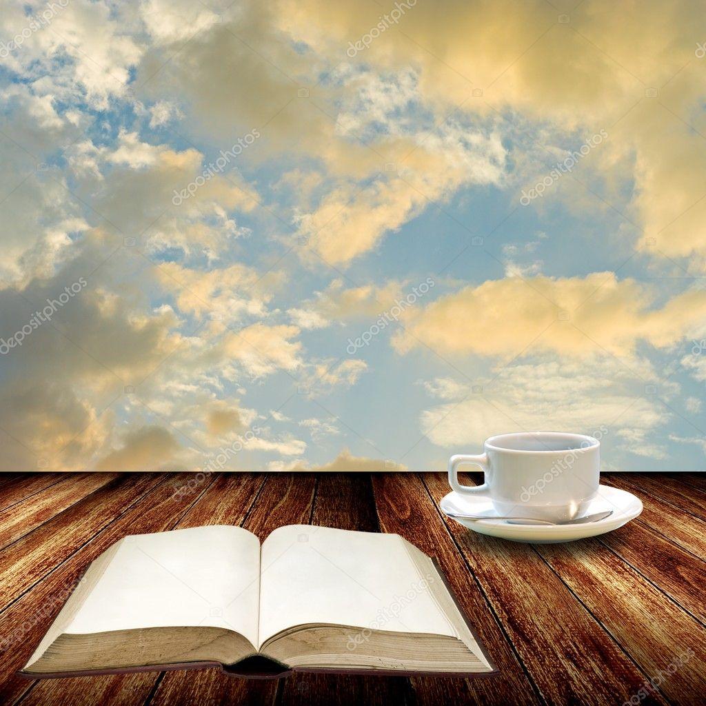 Aprire il libro e bere caff relax concetto foto stock for Aprire i piani casa artigiano concetto
