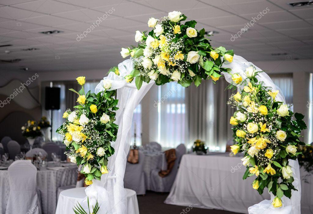 Mooie bruiloft bloem boog decoratie in restaurant u stockfoto