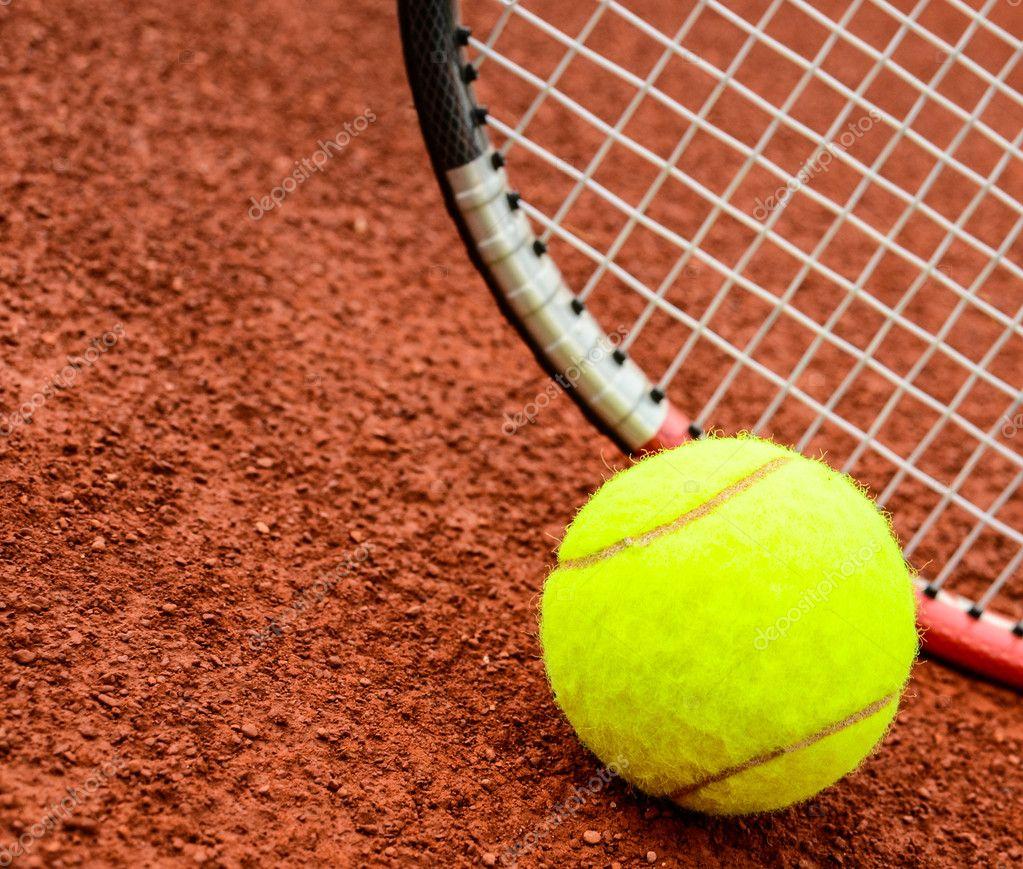 Balle de tennis et de la raquette sur un court de tennis for Taille court de tennis