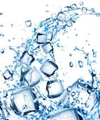 Fotografie stříkající vodě s kostkami ledu