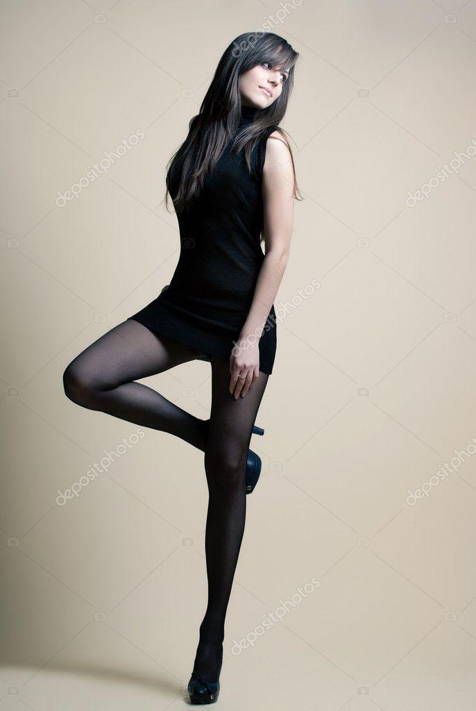 брюнетка в чёрном сексуальном платье видео