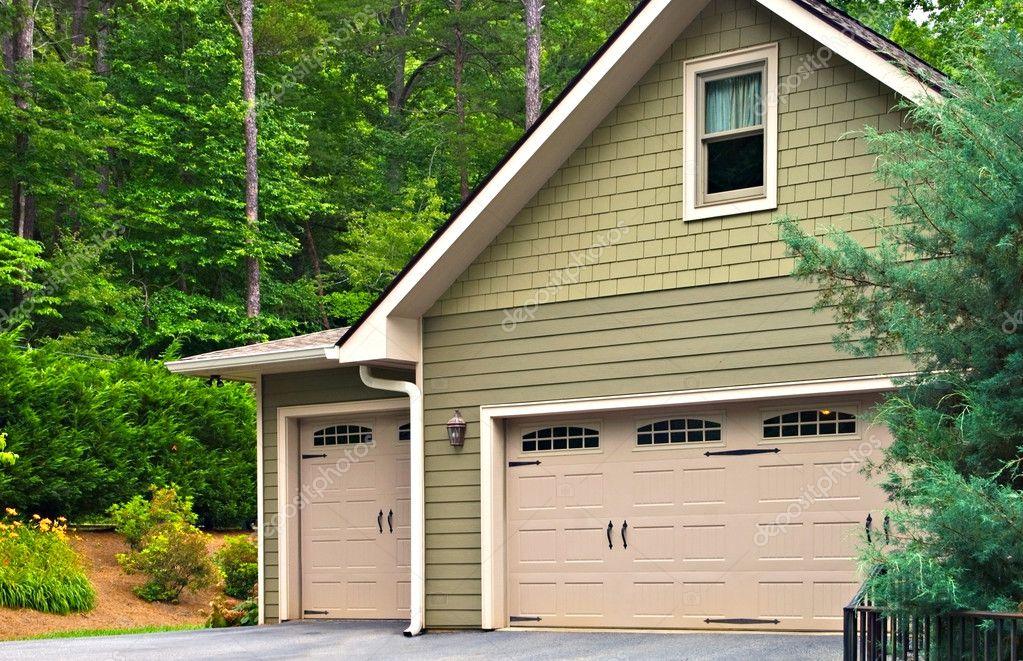 Garagentore für ein Haus — Stockfoto © noonie #11201840