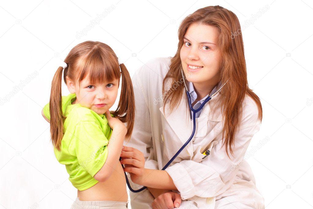 Доктор осматривает женщин предметы