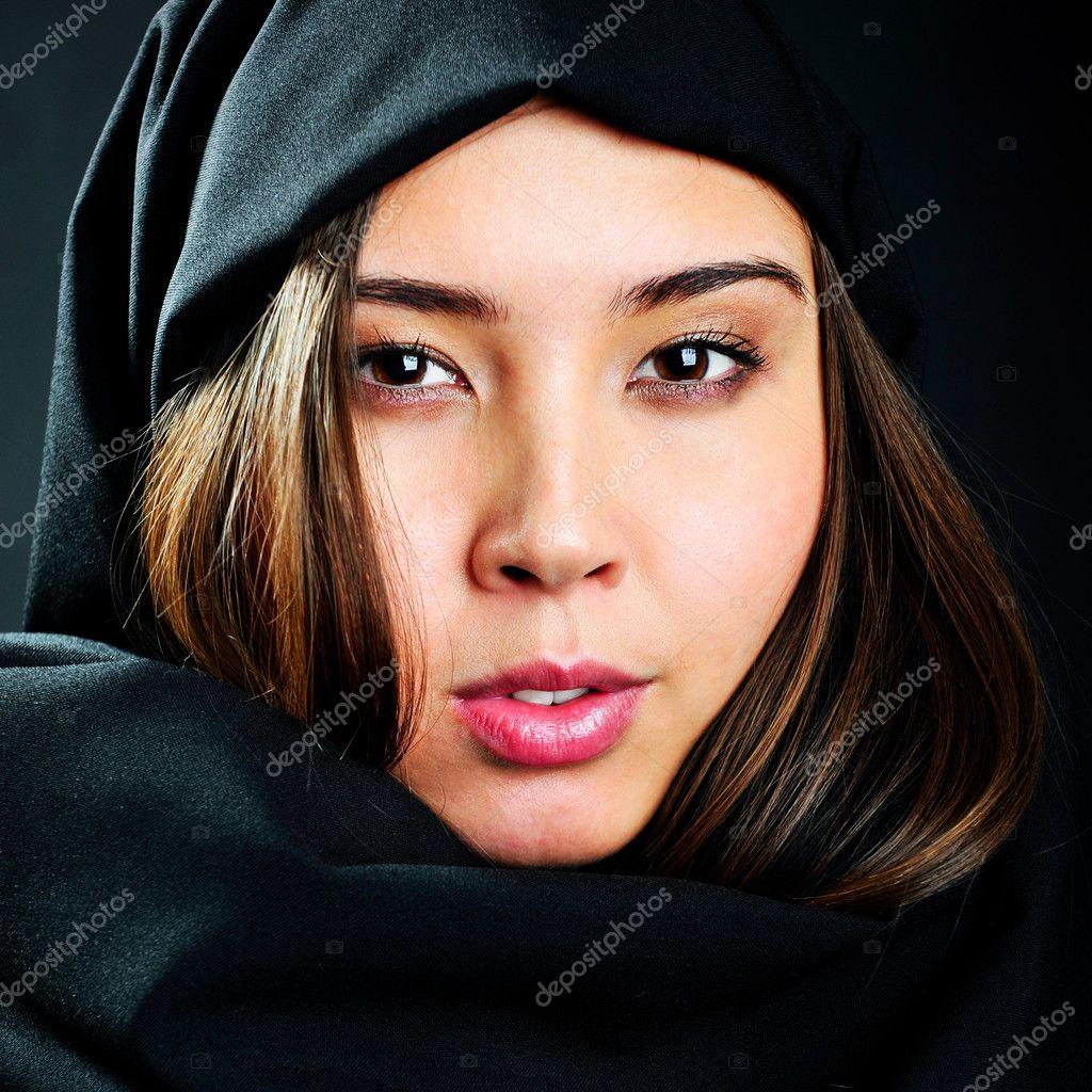 portrait de belle femme arabe asiatique avec voile noir photographie hasloo 10995462. Black Bedroom Furniture Sets. Home Design Ideas