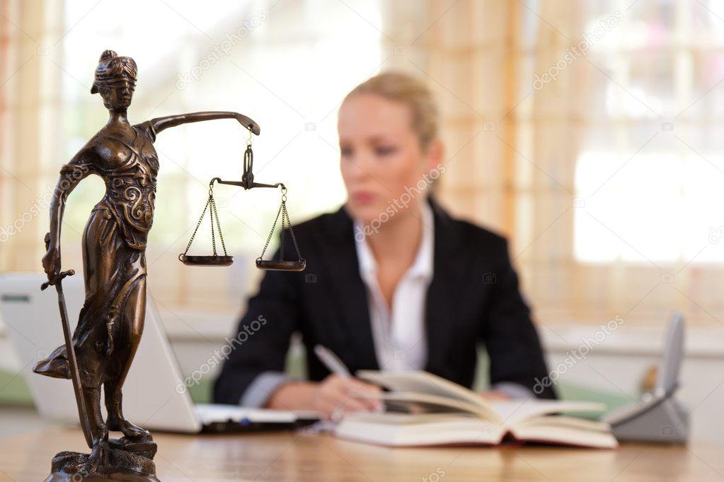 Scrivania Ufficio Avvocato : Avvocato in ufficio u foto stock ginasanders
