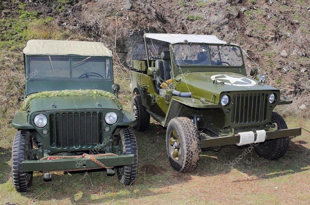 Inteligentny dwa stare samochody terenowe - Zdjęcie stockowe editorial VQ82