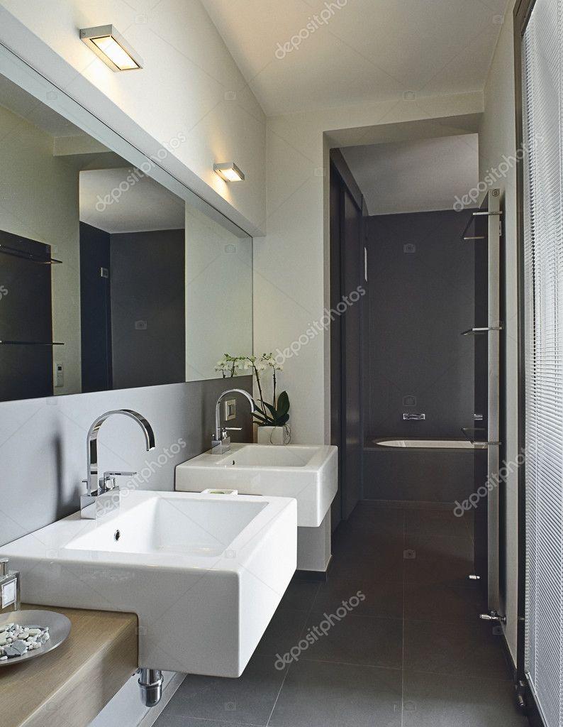 moderno bagno con due lavabo — Foto Stock © aaphotograph #11415108