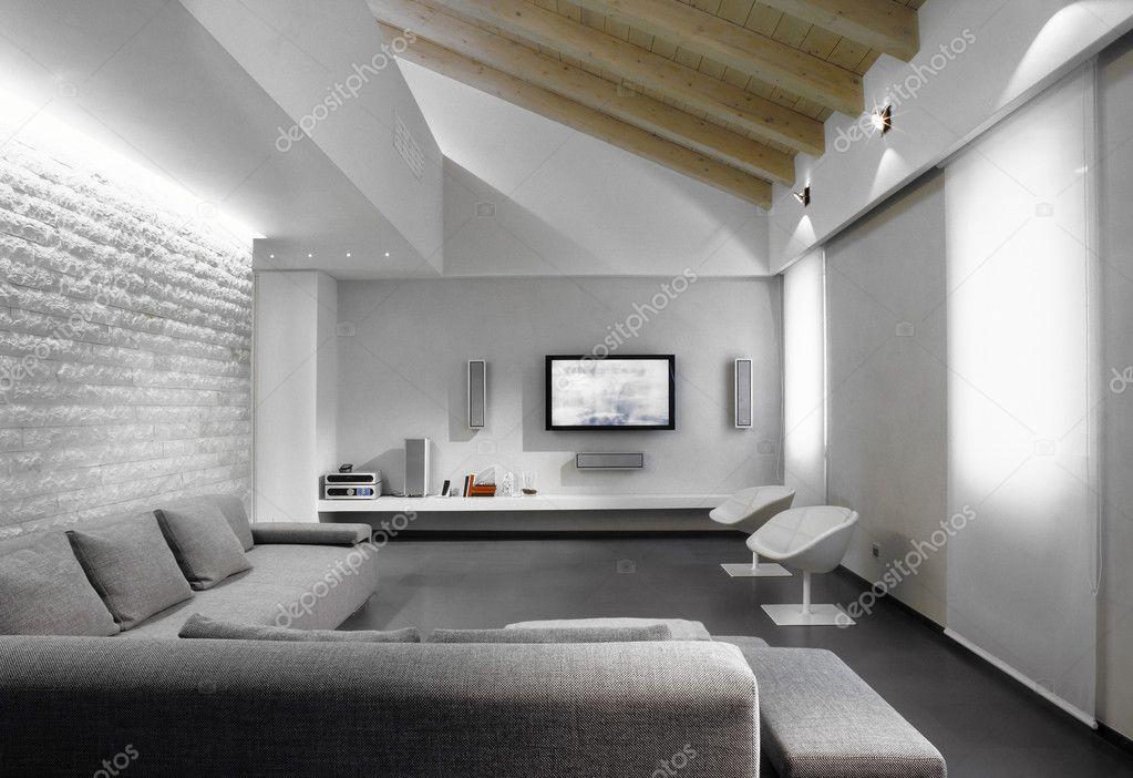 Divano grigio del vita moderna in camera mansarda foto Moderne zimmer