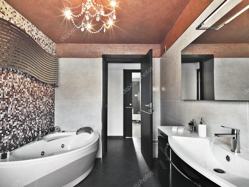 Lavabo e vasca di bagno moderno arguzia u foto stock