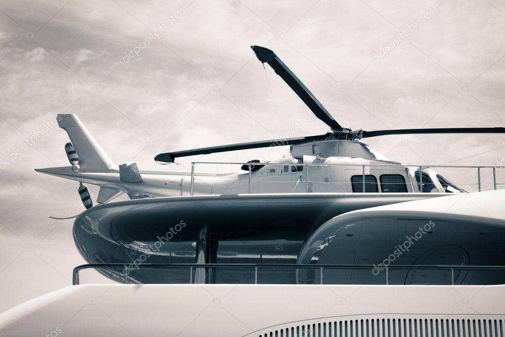 Yacht Con Elicottero Prezzo : Yacht di lusso con dettaglio elicottero — foto stock