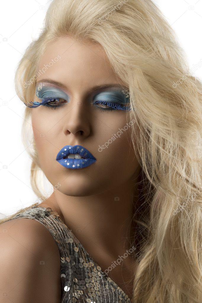 95cbb06574ff Ragazza bionda sexy con glitter abito e trucco creativo blu