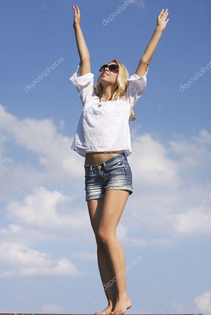 Красивое фото девушки на фоне неба фото 679-714