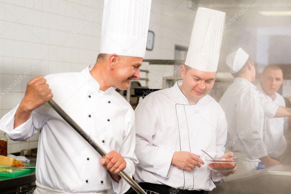 Zwei männliche Koch Arbeit in Profi-Küche — Stockfoto ... | {Koch bei der arbeit 81}