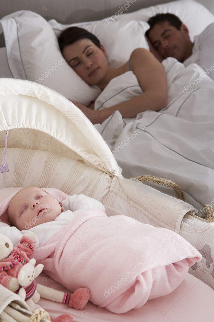 pasgeboren baby slapen in bed in de slaapkamer van de ouders ...