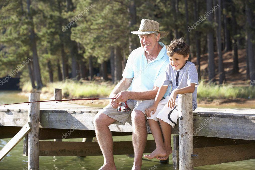 мужчины занимающиеся рыбалкой