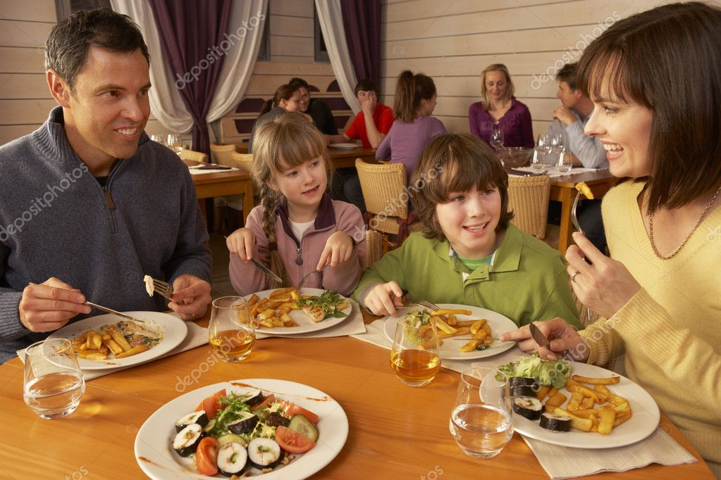 family eating at restaurant - HD1199×799
