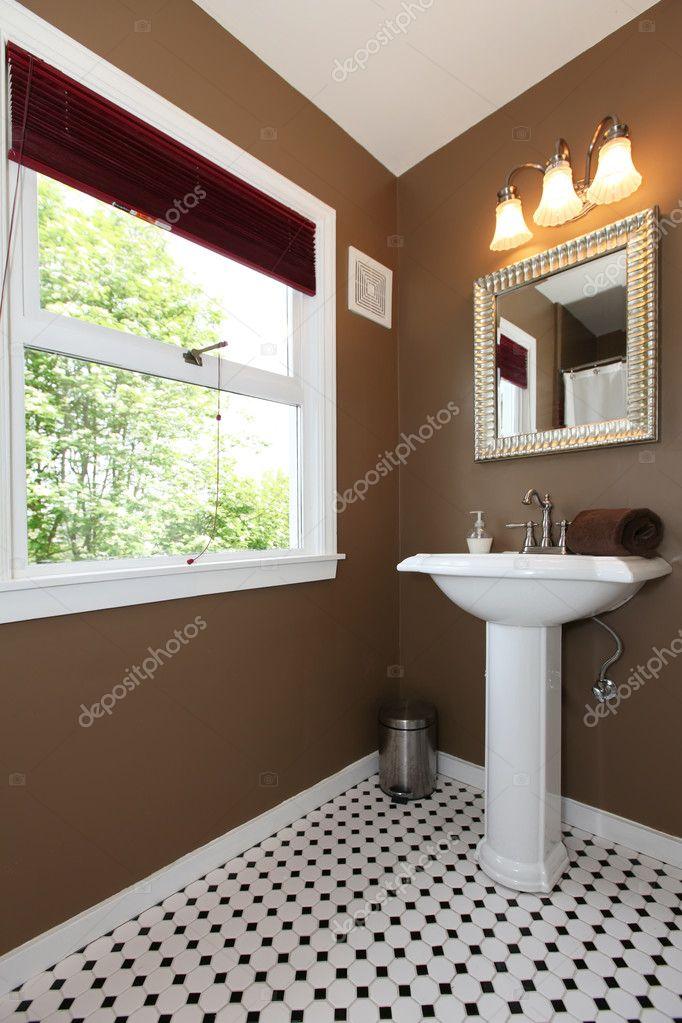 elegante marrone piccolo bagno con lavandino depoca e piastrelle immagini stock