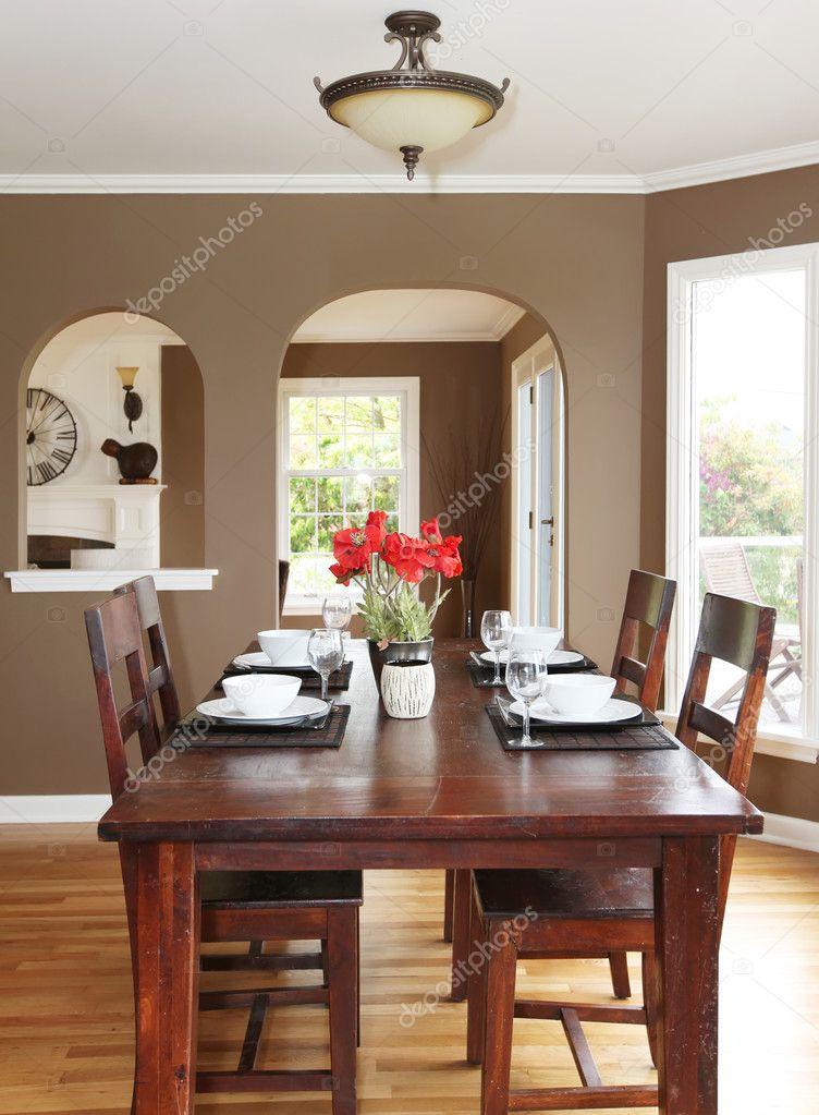 wnde esszimmer, wohn-esszimmer mit braunen wände und holztisch — stockfoto, Design ideen