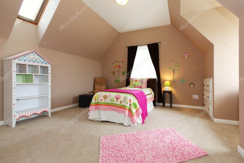 Baby Mädchen Kinder Schlafzimmer mit rosa Bett und braune Wände ...