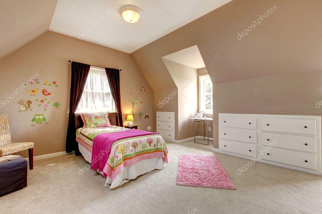 Grote bruine baby meisje slaapkamer met roze bed u stockfoto