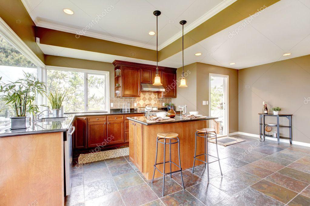 Steinboden Küche luxus küche interieur mit grünen wänden und steinboden stockfoto
