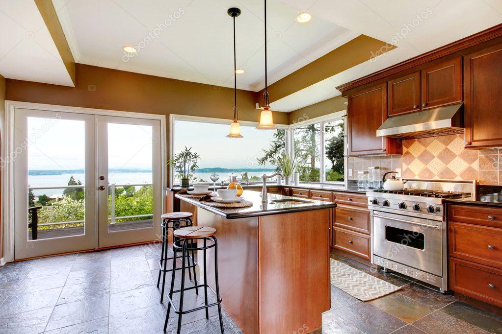 Luxus Küche Interieur mit grünen Wänden und Steinboden — Stockfoto ...