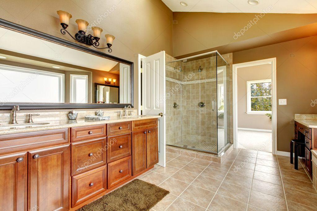 Luxus neues großes Badezimmer Interieur mit braunen Fliesen ...