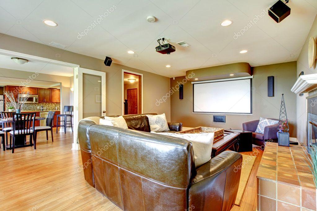 Grand salon avec murs marron et sofa en cuir. — Photographie ...