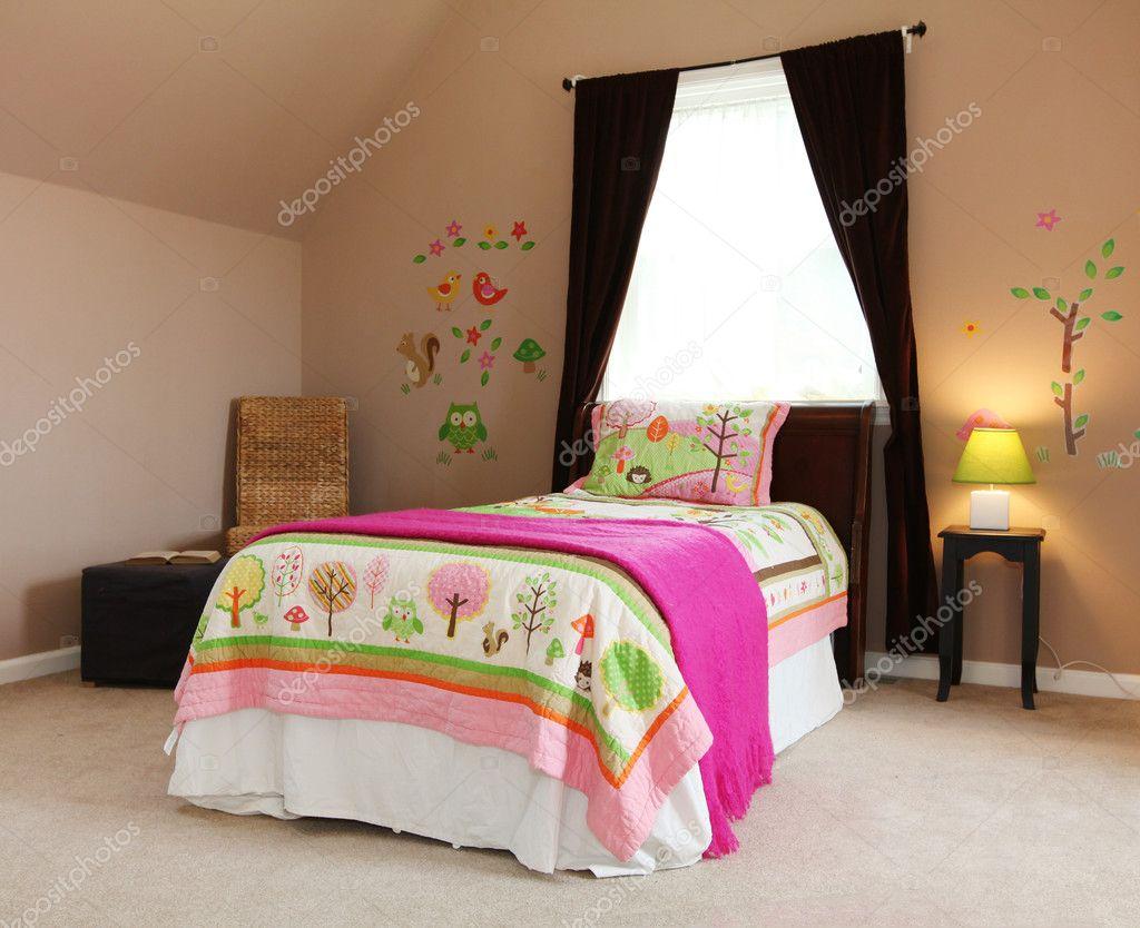 Roze bed in kinderen baby meisje slaapkamer interieur u stockfoto