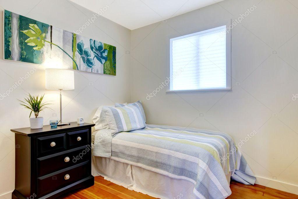 egyszerű hálószoba fekete éjjeliszekrény és festés — Stock Fotó ...