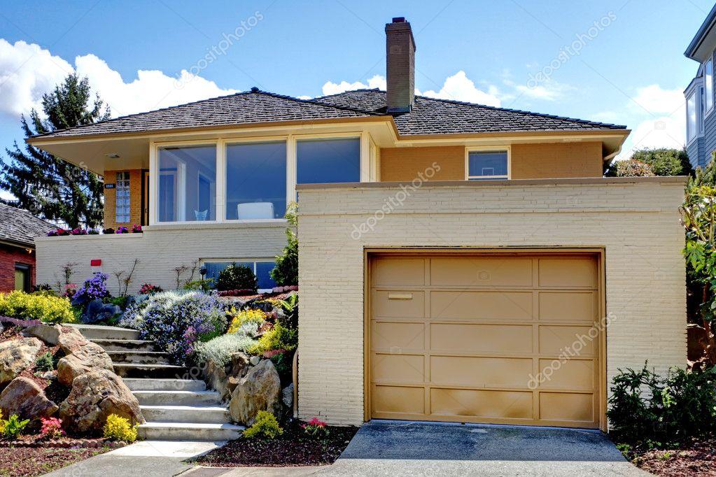 Tür Garage Haus moderne karamell haus mit garage tür und treppe stockfoto